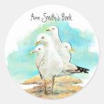 Placa de libro de la playa y de la gaviota a pegatina redonda