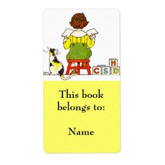 Placa de libro de lectura del muchacho etiquetas de envío