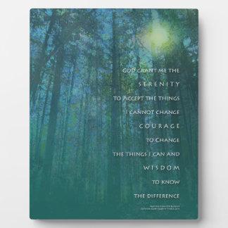 Placa de los árboles altos del rezo de la serenida