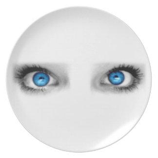 Placa de los ojos que miran fijamente plato