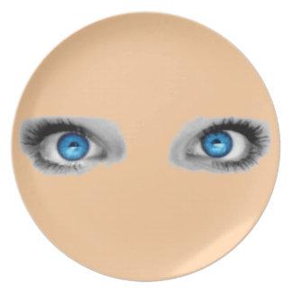 Placa de los ojos que miran fijamente platos de comidas