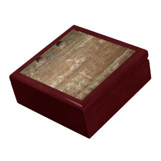 Placa de metal oxidada con los tornillos cajas de regalo