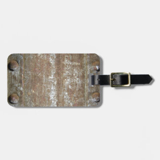 Placa de metal oxidada con los tornillos etiquetas bolsas