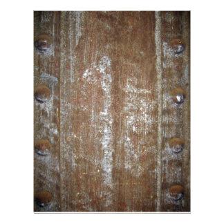 Placa de metal oxidada con los tornillos flyer a todo color