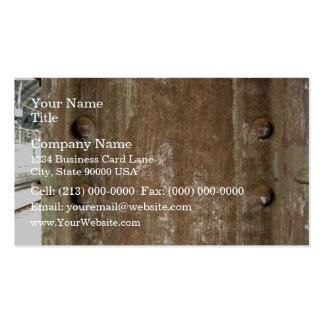 Placa de metal oxidada con los tornillos plantillas de tarjeta de negocio