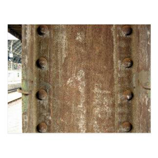 Placa de metal oxidada con los tornillos tarjetas postales