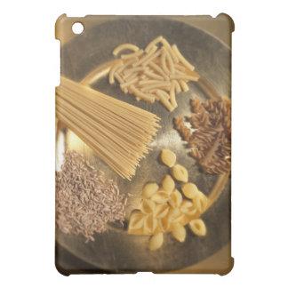 Placa de oro con las pastas y los granos del trigo