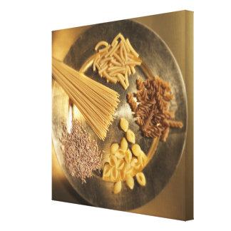 Placa de oro con las pastas y los granos del trigo lona estirada galerias