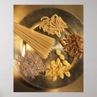 Placa de oro con las pastas y los granos del trigo poster