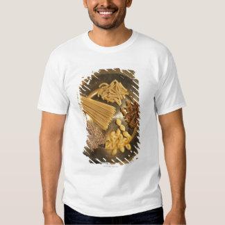 Placa de oro con las pastas y los granos del trigo poleras