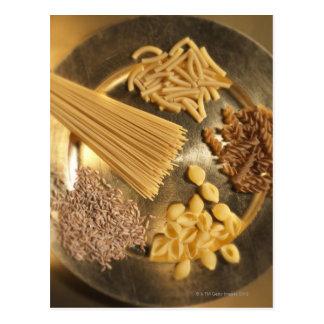 Placa de oro con las pastas y los granos del trigo postales