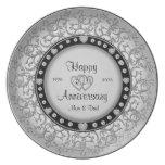 Placa de plata del aniversario feliz con los diama platos para fiestas