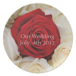 Placa del boda del rosa rojo platos para fiestas