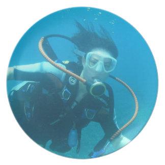Placa del chica del equipo de submarinismo plato de comida