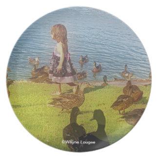 Placa del chica del pato platos