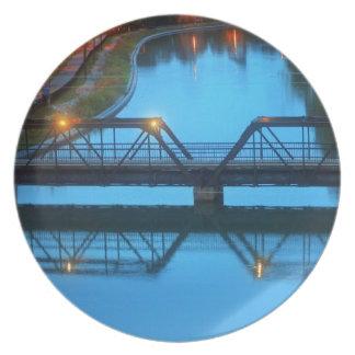 Placa del parque de la orilla del río platos para fiestas