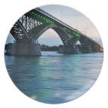 Placa del puente de la paz plato