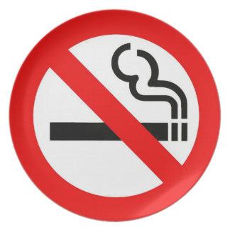 Placa divertida con la muestra de no fumadores plato