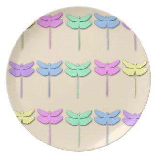 Placa en colores pastel del modelo de la libélula plato de cena