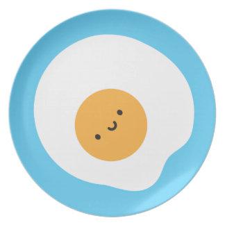 Placa feliz del huevo frito plato para fiesta