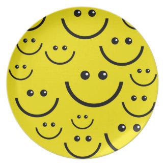 Placa frontal sonriente amarilla plato de cena
