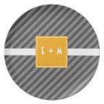 Placa gris y anaranjada de la raya diagonal de la  plato