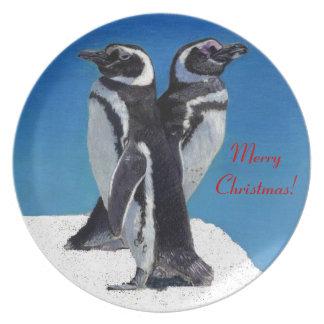 Placa linda del navidad del pingüino platos de comidas
