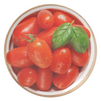 Placa madura roja de los tomates platos para fiestas