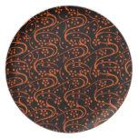 Placa negra anaranjada de los remolinos florales r platos
