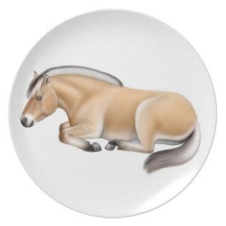 Placa noruega soñolienta del caballo del fiordo platos de comidas