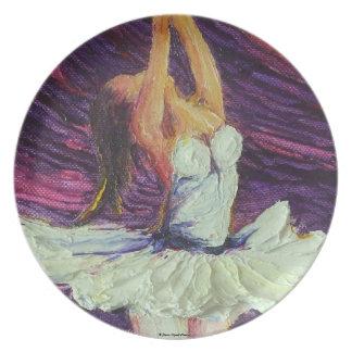 Placa púrpura de la bailarina del baile platos de comidas