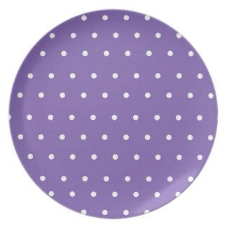 Placa púrpura de la exhibición con los lunares plato para fiesta