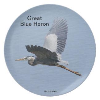 Placa que muestra la garza de gran azul en vuelo. plato de cena
