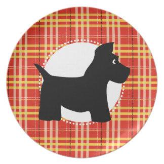 Placa roja de la tela escocesa del perro del escoc plato