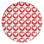 Placa roja del modelo del corazón platos de comidas