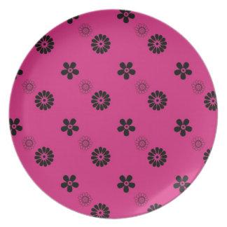 Placa rosada enrrollada de las flores plato