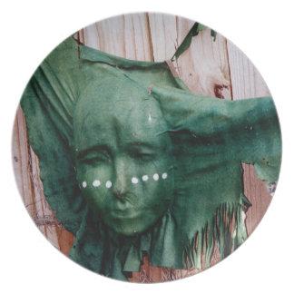 Placa tribal india del tributo de la máscara del S Plato