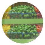 Placa verde de las pimientas amarillas y rojas platos de comidas