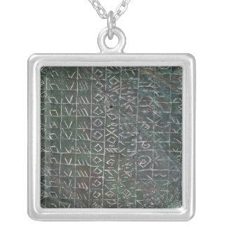 Placa votiva con una inscripción venetic collar plateado