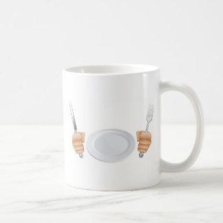 Placa y manos que sostienen los cubiertos taza de café