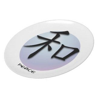 Placas con el símbolo chino para la paz en esfera plato