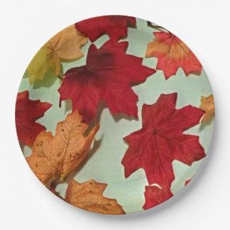 Placas de papel de las hojas de otoño que caen platos de papel