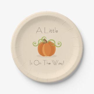 Placas pequeñas de una fiesta de bienvenida al platos de papel