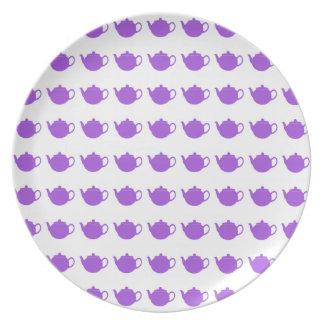 Placas púrpuras del fiesta de la tetera de la plato