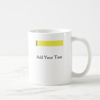 Placer del damasco en amarillo taza de café