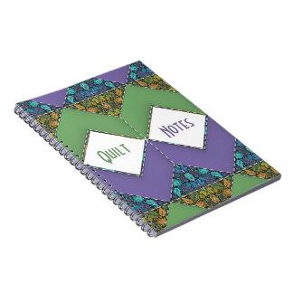 Placer del edredón en galones púrpuras y verdes libros de apuntes con espiral