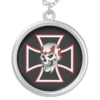 Planche el collar rojo negro cruzado del diseño