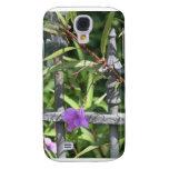 Planche la cerca, hojas del verde, flor púrpura
