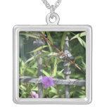 Planche la cerca, hojas del verde, flor púrpura collares personalizados