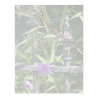 Planche la cerca, hojas del verde, flor púrpura membrete